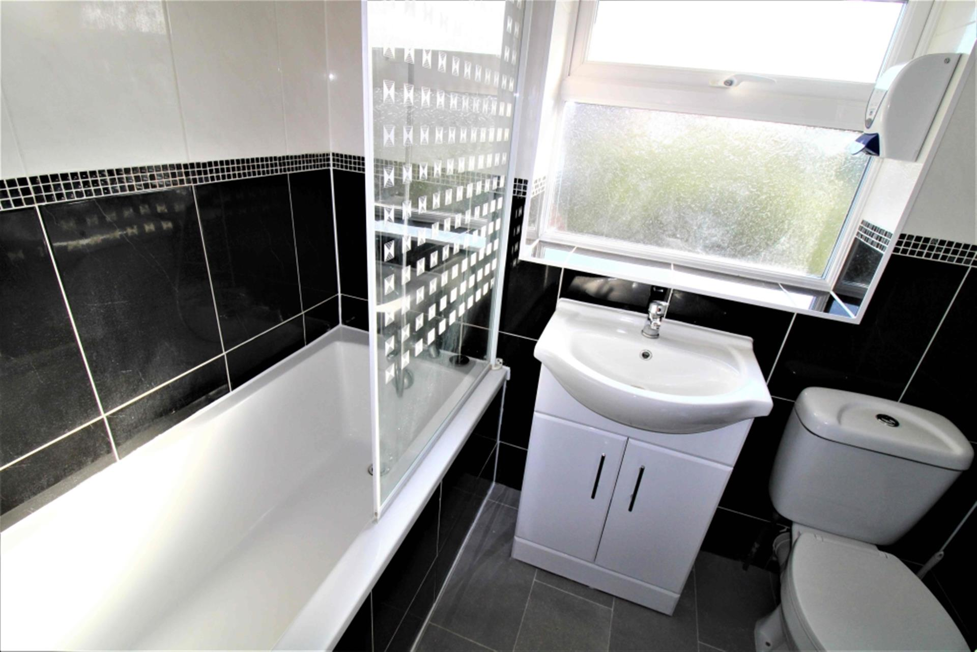 3 Bedroom Terraced House To Rent - Photo