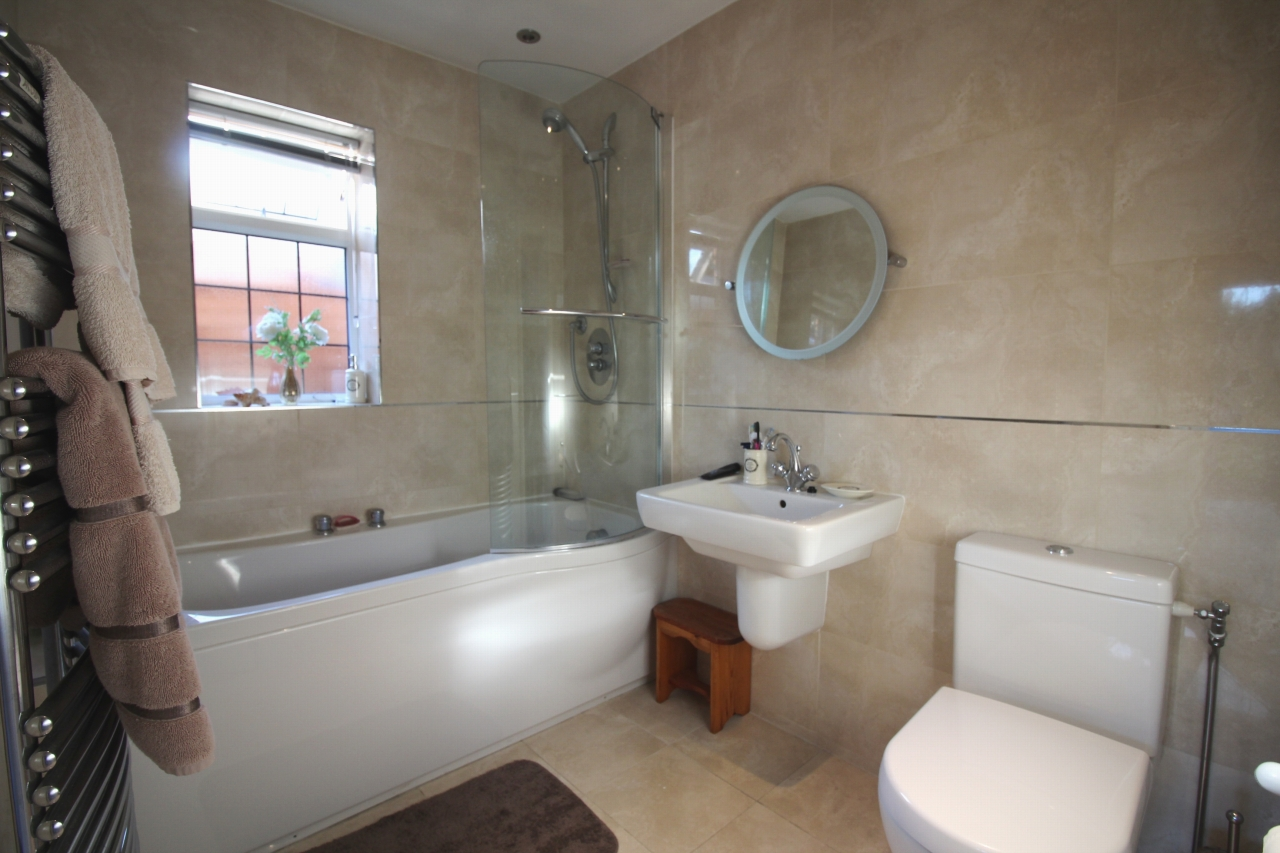 2 bedroom detached bungalow SSTC in Solihull - photograph 10.