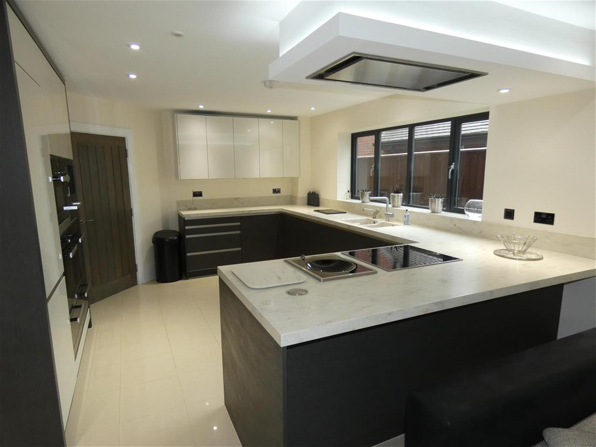 6 Bedroom Detached House For Sale - Kitchen Diner