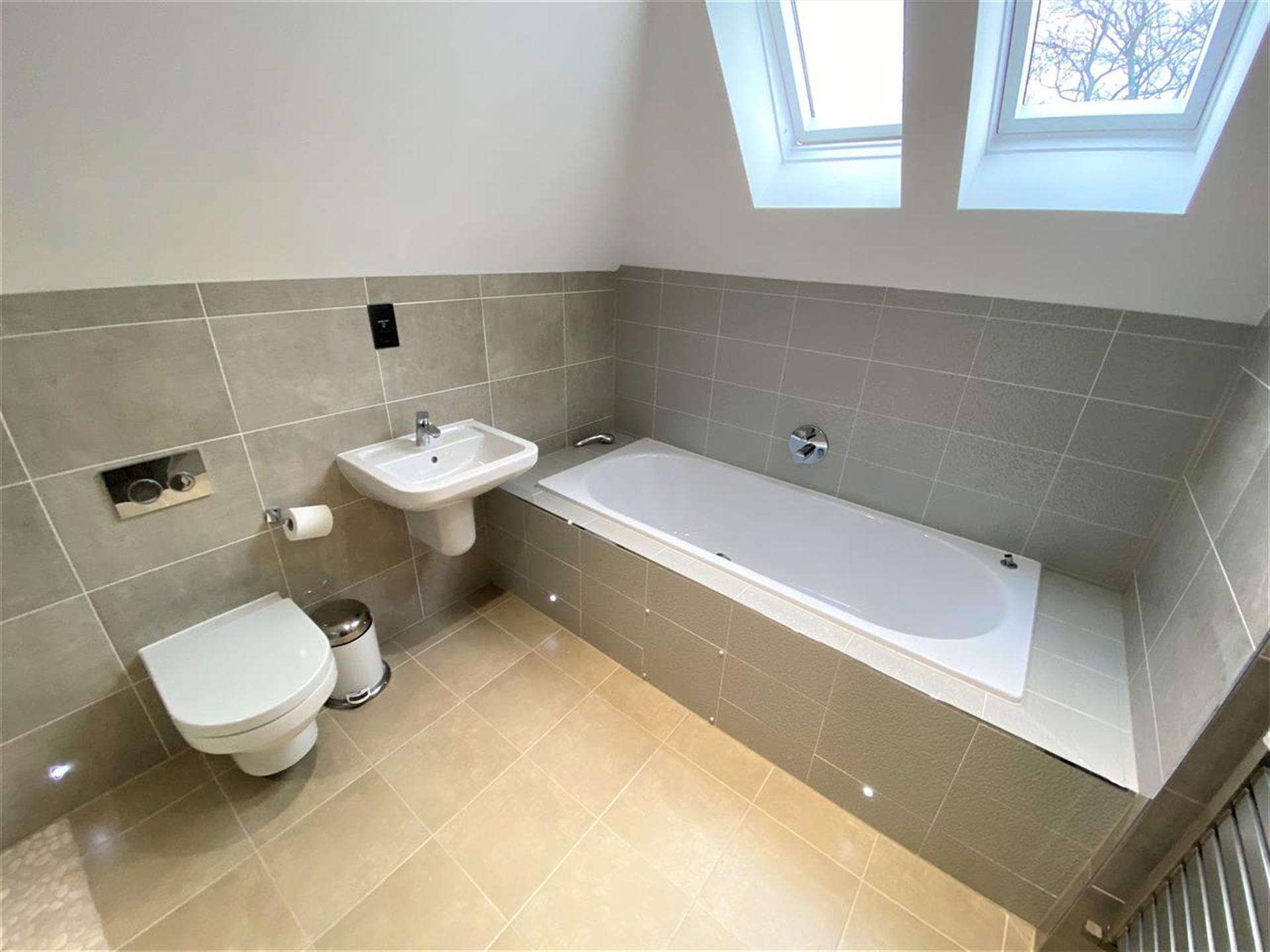 6 Bedroom Detached House For Sale - En-Suite