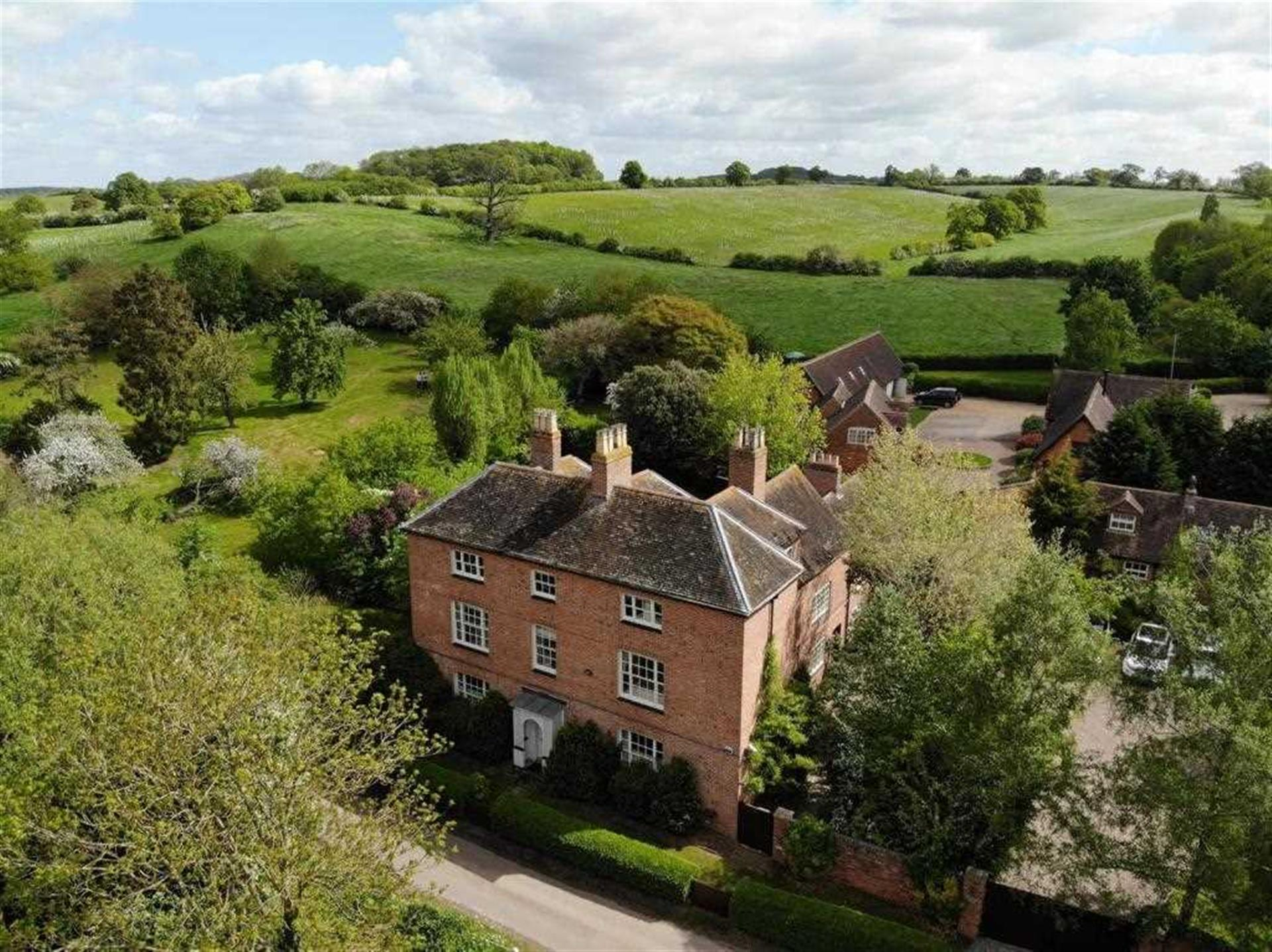 6 Bedroom Detached House To Rent - Main Picture