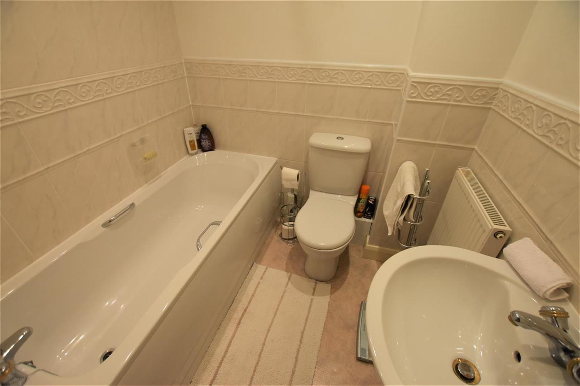 2 Bedroom Apartment Flat / Apartment For Sale - Family Bathroom