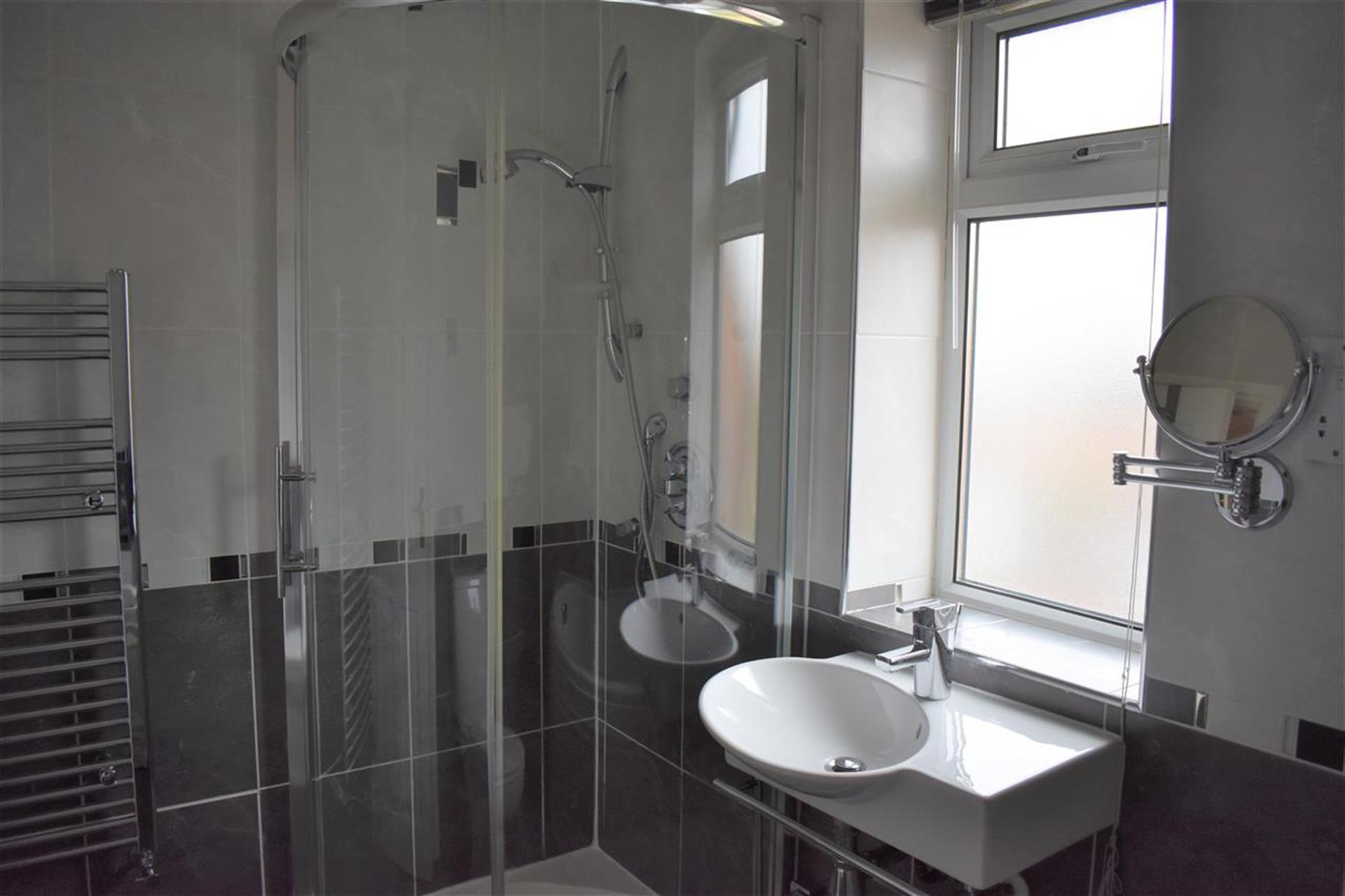 4 Bedroom Detached House For Sale - Family Bathroom