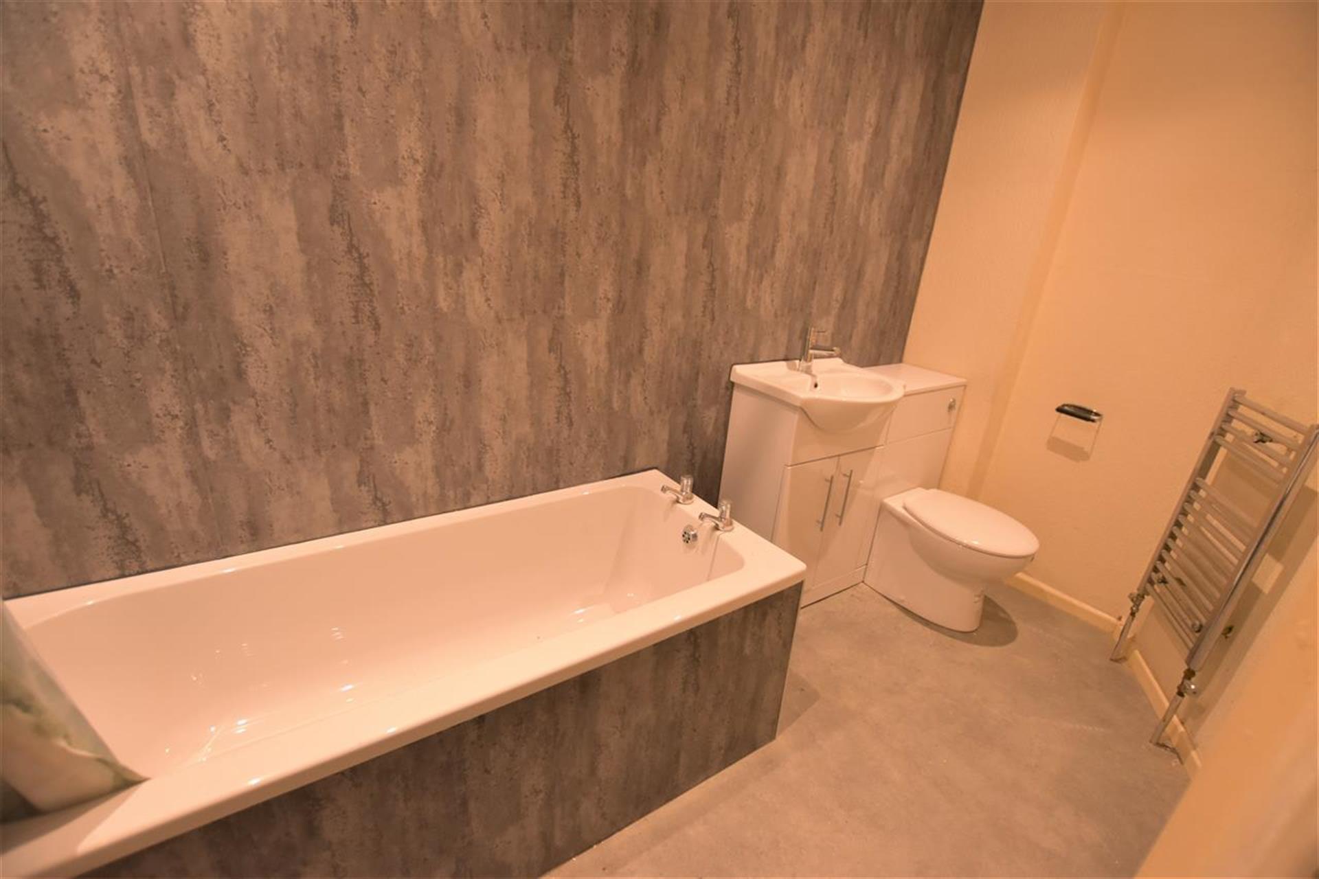 2 Bedroom Terraced House To Rent - Bathroom