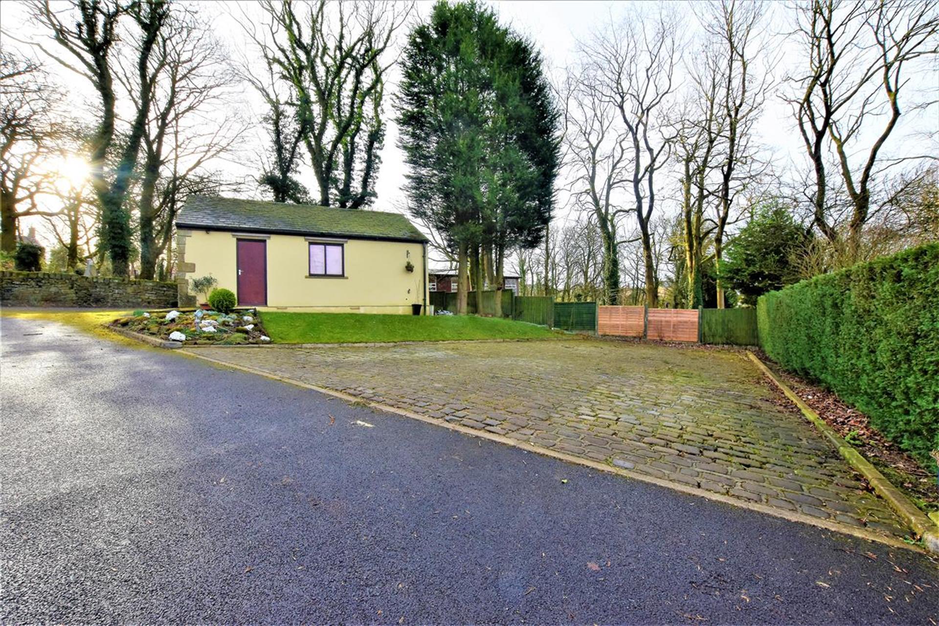 4 Bedroom Detached House For Sale - Detached Garage and Parking